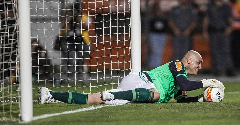 11.dez.2012- Marcos sorri após fazer boa defesa em seu jogo de despedida do futebol no Pacaembu