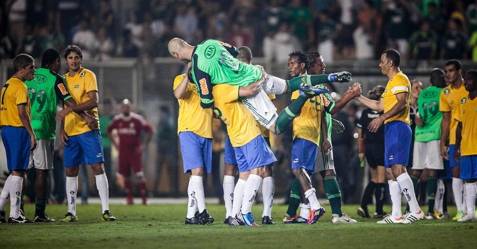 11.dez.2012-Antônio Carlos tira Marcos do chão em comemoração após a despedida do goleiro ídolo do Palmeiras do futebol