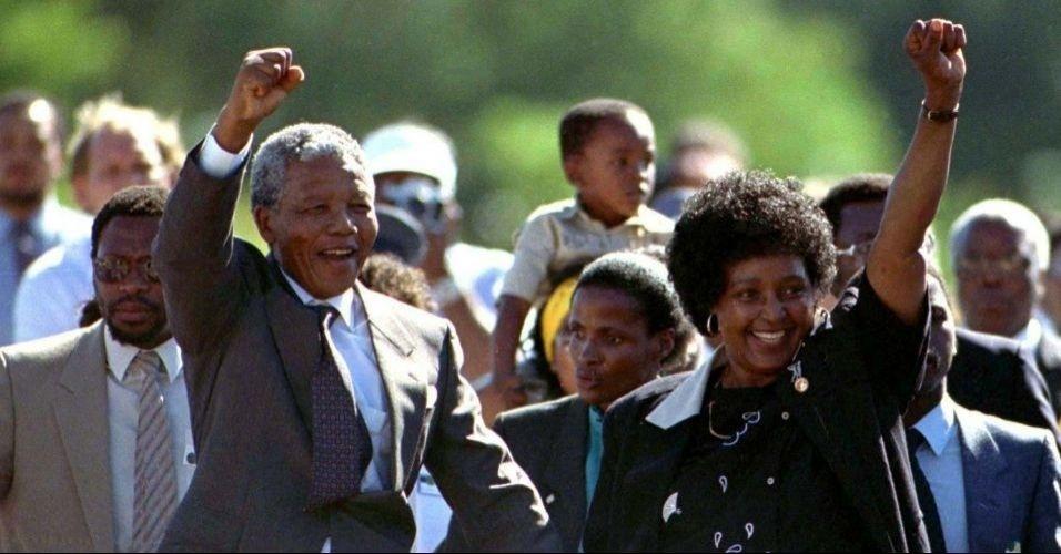 11.fev.1990 - Mandela deixa a prisão Victor Verster caminhando, ao lado de Winie Madikizela, sua esposa na época. Livre em 1990, aos 72 anos, ele havia passado os últimos 27 atrás das grades por se opor ao regime racista que dominava a África do Sul