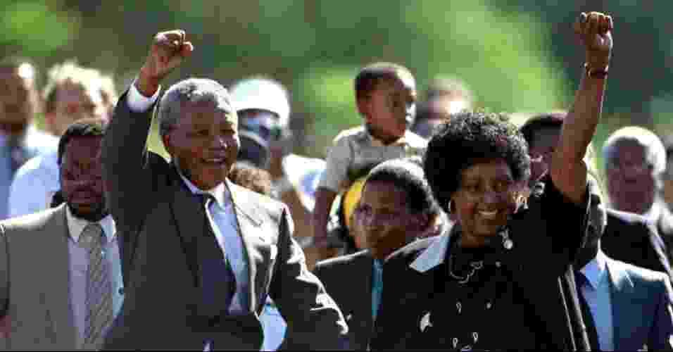 11.fev.1990 - Mandela deixa a prisão Victor Verster caminhando, ao lado de Winie Madikizela, sua esposa na época. Livre em 1990, aos 72 anos, ele havia passado os últimos 27 atrás das grades por se opor ao regime racista que dominava a África do Sul - AFP