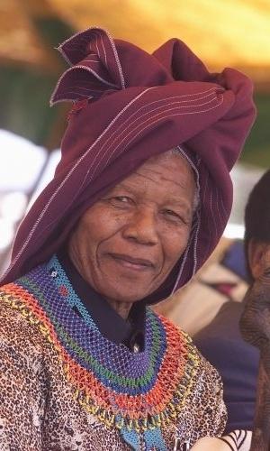 11.fev.2000 - Nelson Mandela, que passou 27 anos preso por sua ação contra o apartheid, veste chapéu da etnia xhosa em uma festa pelos dez anos de sua libertação