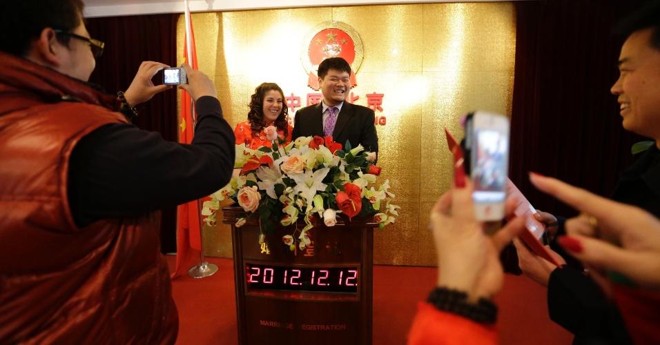 12.dez.2012 - Casal americano se casa em Pequim, na China. Mais de 4.700 pessoas agendaram seus casamentos na cidade