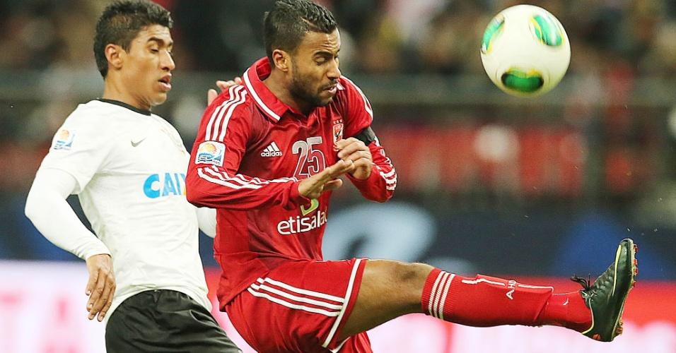 12.dez.2012 - Corintiano Paulinho disputa bola com jogador do Al Ahly na estreia alvinegra no Mundial de Clubes; Corinthians venceu por 1 a 0 e se classificou para a final