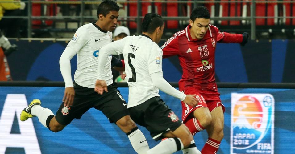 12.dez.2012 - Corintianos Paulinho (e) e Ralf tentam desarmar Gedo, do Al Ahly, em lance da partida no Mundial de Clubes