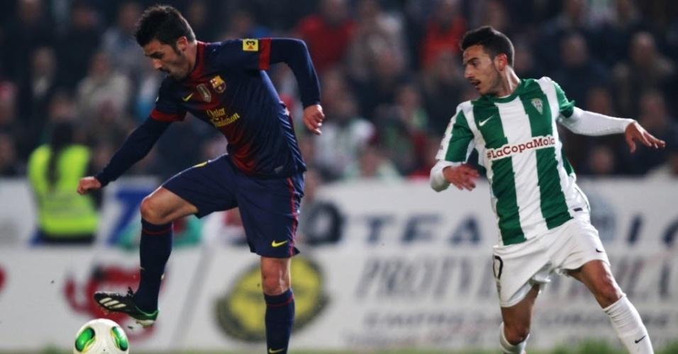 12.dez.2012 - David Villa (esq.), atacante que foi titular do Barcelona, domina a bola na partida contra o Córdoba, pelas oitavas de final da Copa do Rei