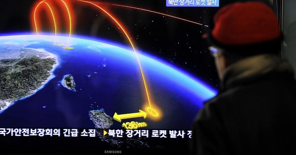 12.dez.2012 - Em Seul (Coreia do Sul), Homem assiste pela TV à notícia que mostra sobre informações o foguete lançado pela Coreia do Norte