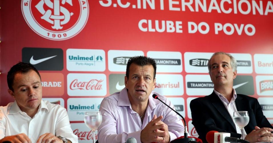12.dez.2012 - Ex-comandante da seleção brasileira, Dunga é apresentado como novo técnico do Internacional