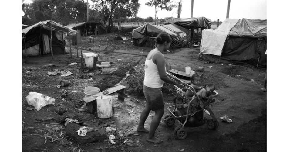 12.dez.2012 - Fotos mostram luta de Guaranis-Kaiowás por sobrevivência na beira de estradas