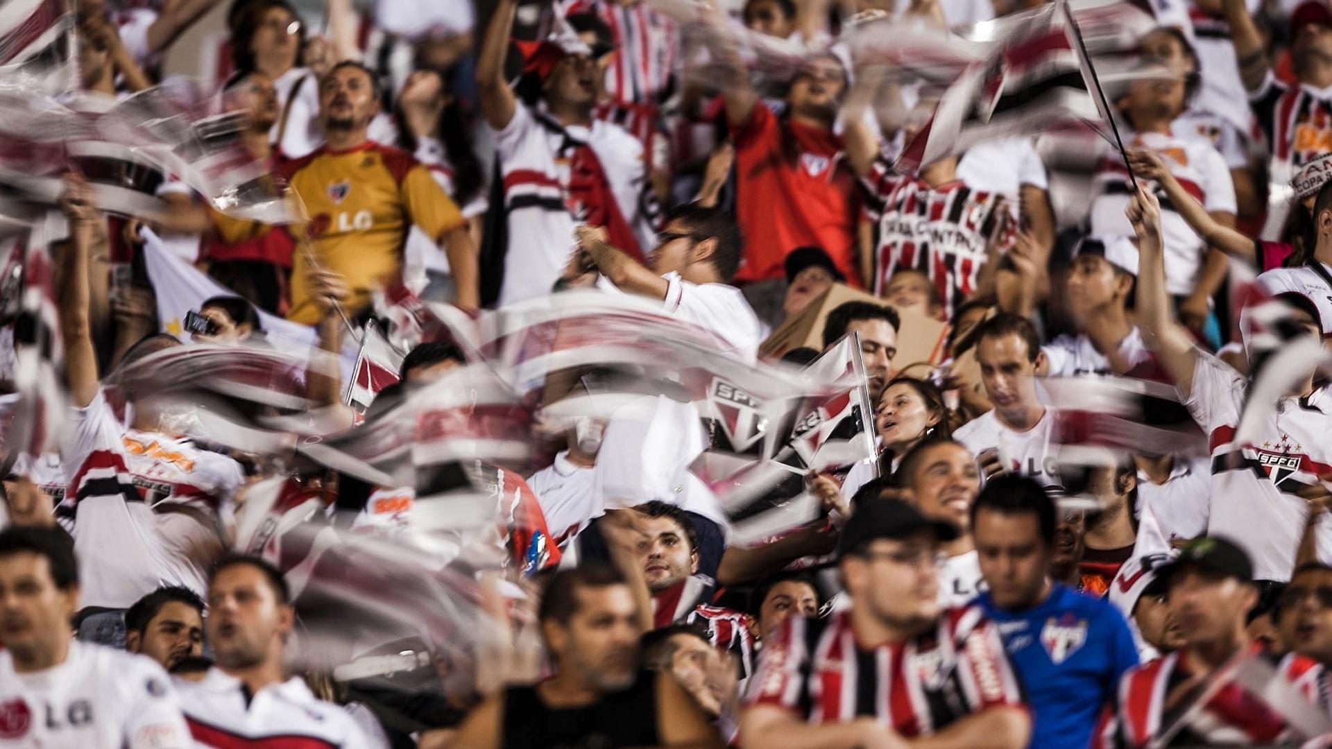 12.dez.2012 - Já dentro do Morumbi, torcida do São Paulo faz a festa antes de jogo contra o Tigre