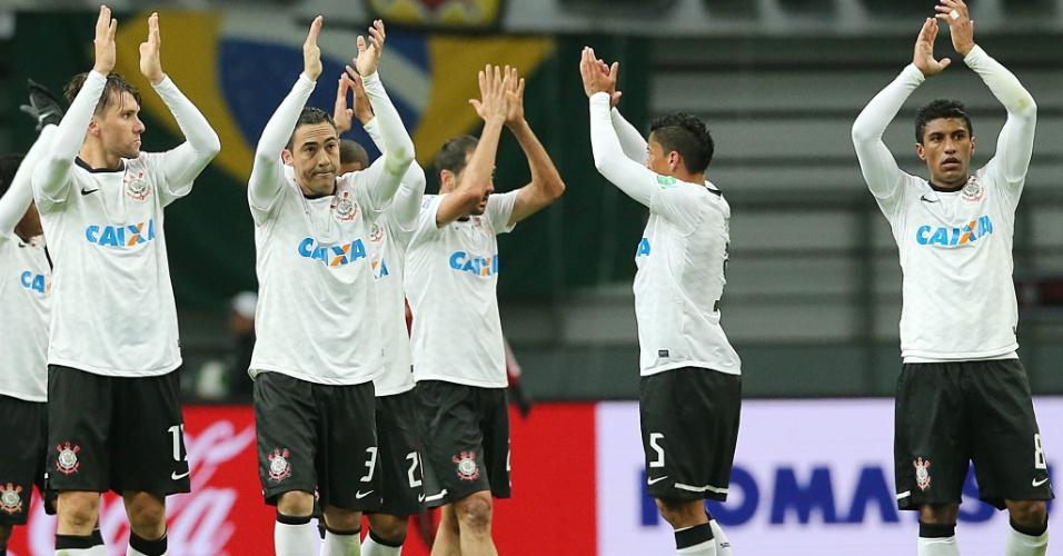 12.dez.2012 - Jogadores do Corinthians saúdam a torcida após vencerem o Al Ahly por 1 a 0 e se classificarem para a final do Mundial de Clubes no Japão