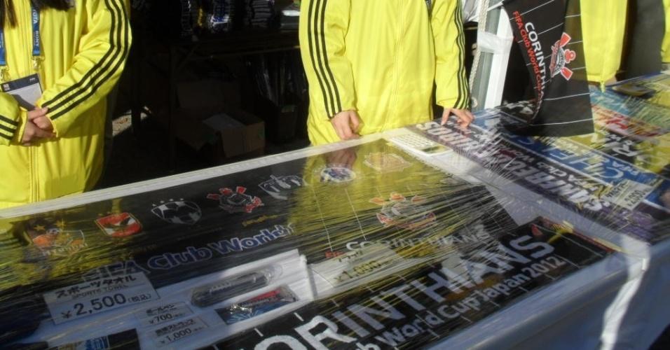 12.dez.2012 - Loja oficial vende produtos do Corinthians na entrada do estádio Toyota, palco da estreia da equipe no Mundial de clubes