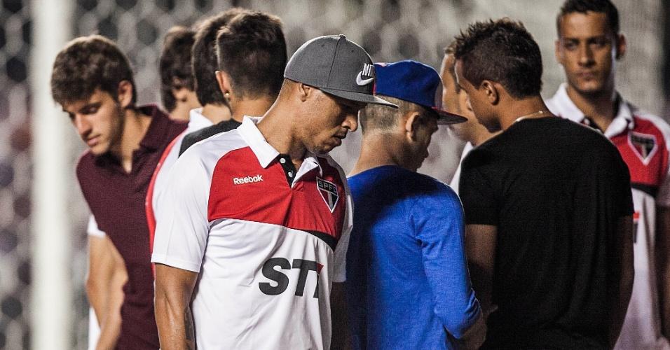 12.dez.2012 - Luis Fabiano foi ao Morumbi com o restante da delegação do São Paulo
