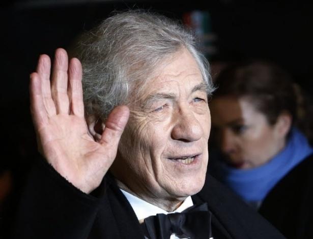 12.dez.2012 - O ator Ian McKellen acenou para o público na pré-estreia de