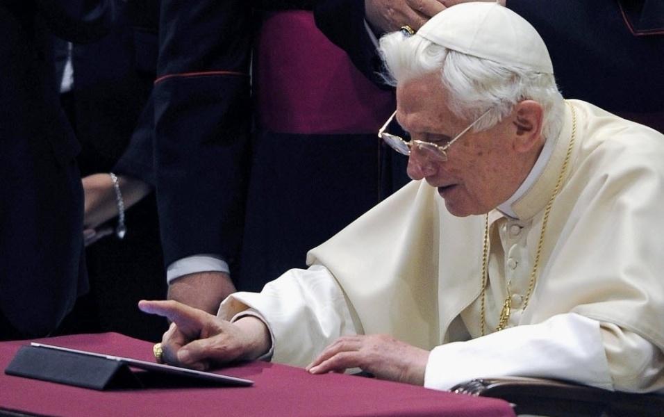12.dez.2012 - O papa Bento 16 posta pela primeira uma mensagem no Twitter na Cidade do Vaticano
