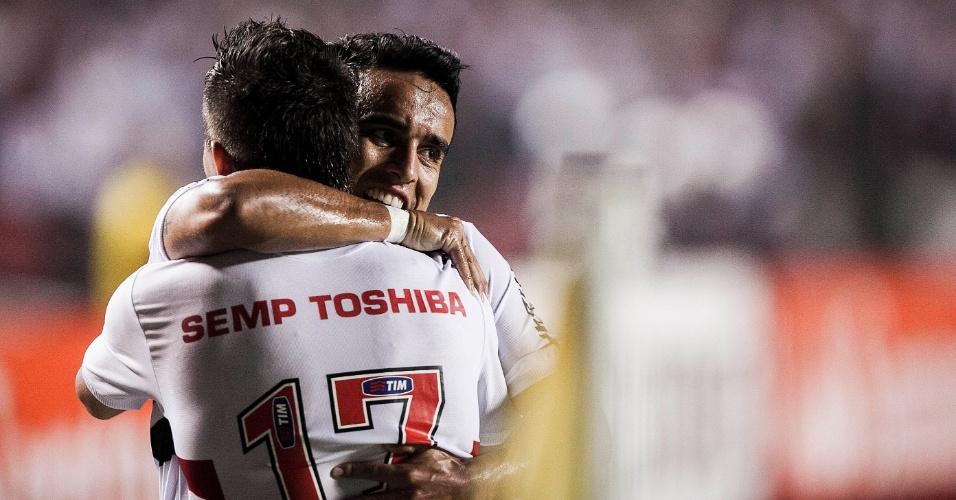 12.dez.2012 - Osvaldo comemora com Jadson após marcar o segundo gol do São Paulo contra o Tigre