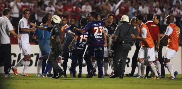 Policiais entram em campo para separar confusão entre jogadores de São Paulo e Tigre - Paulo Whitaker/Reuters