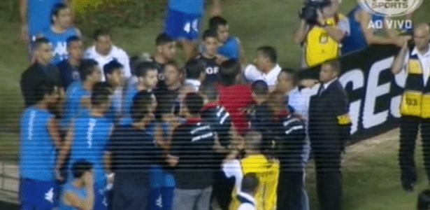 Tigre tenta entrar no gramado para fazer aquecimento, mas é impedido por seguranças - Reprodução/FoxSports