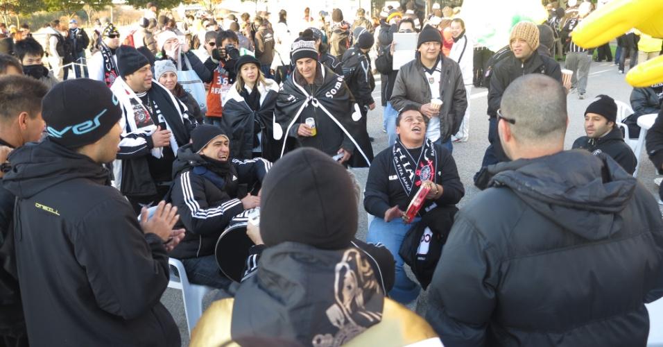 12.dez.2012 - Torcedores corintianos fazem festa na entrada do estádio Toyota antes da estreia do time no Mundial de clubes