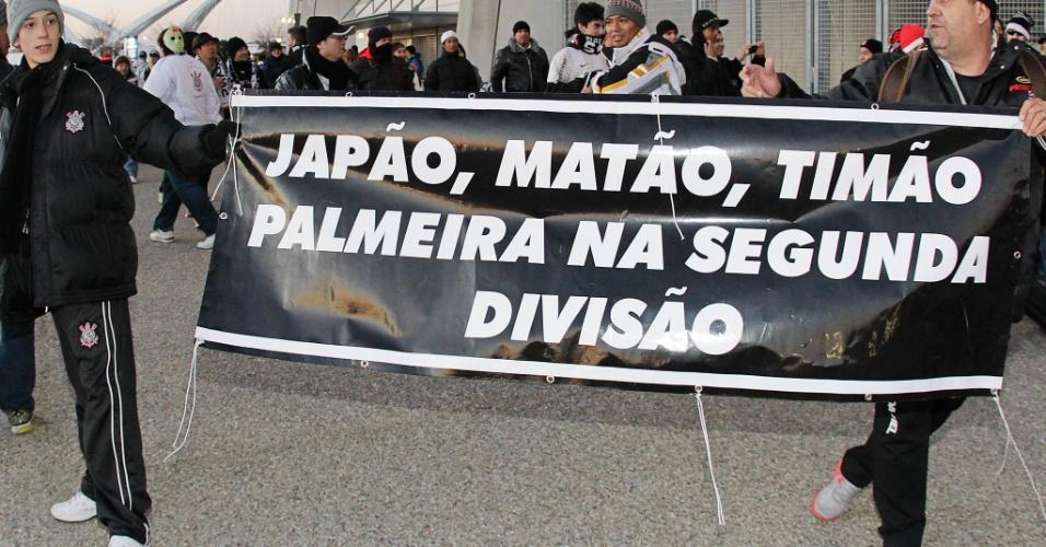 12.dez.2012 - Torcedores corintianos provocam o arquirrival Palmeiras na chegada ao estádio Toyota, palco da estreia no Mundial de clubes