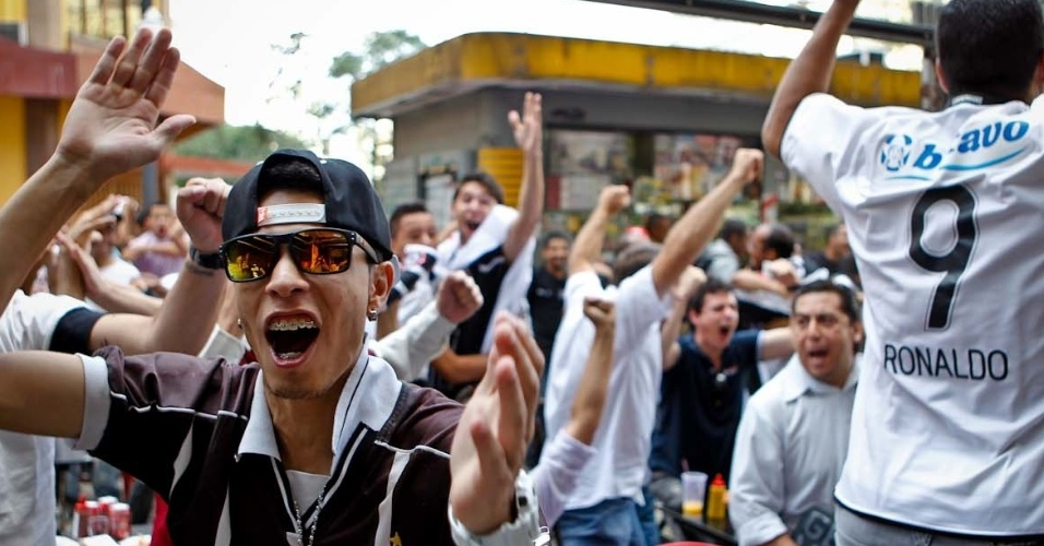 12.dez.2012 - Torcedores do Corinthians comemoram o gol de Guerrero na partida contra o Al Ahly em um bar no centro de São Paulo