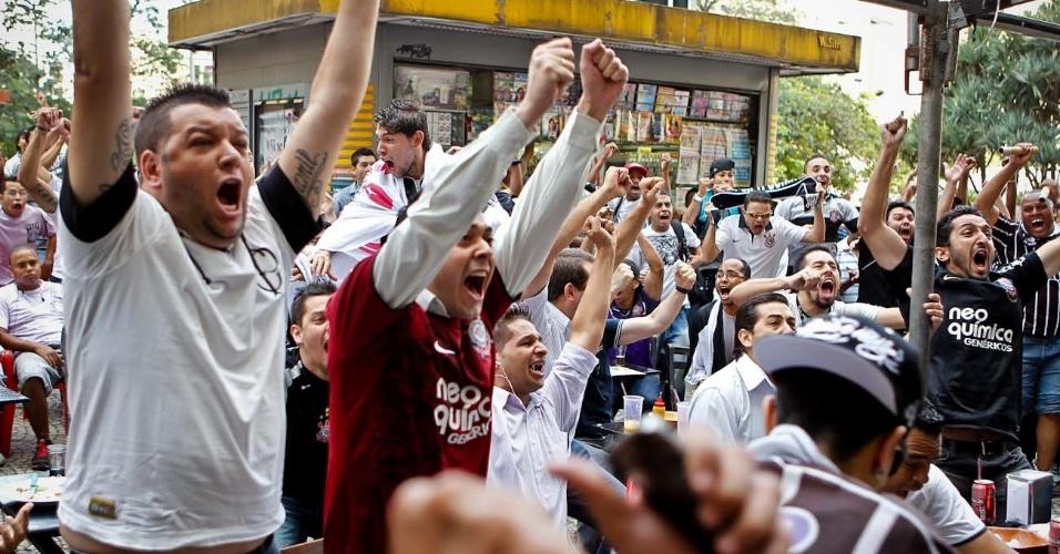 12.dez.2012 - Torcedores do Corinthians