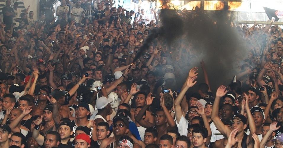 12.dez.2012 - Torcida corintiana se espreme na quadra da torcida, no Bom Retiro