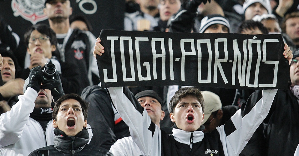 12.dez.2012 - Torcida do Corinthians ergue faixa de apoio ao time alvinegro no estádio de Toyota, pelo Mundial de Clubes