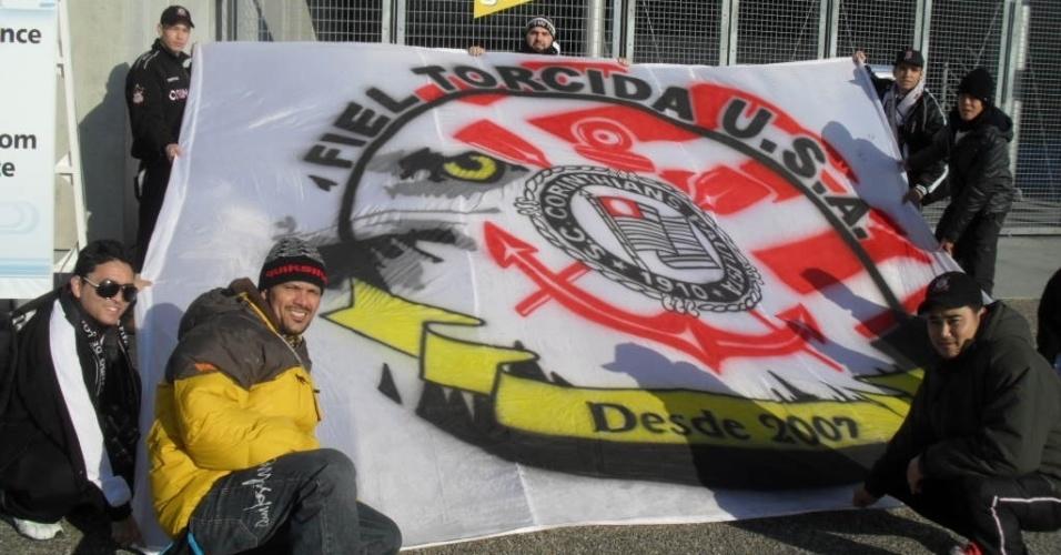 12.dez.2012 - Vindos dos Estados Unidos, torcedores corintianos marcam presença no estádio Toyota para a estreia do time no Mundial de clubes