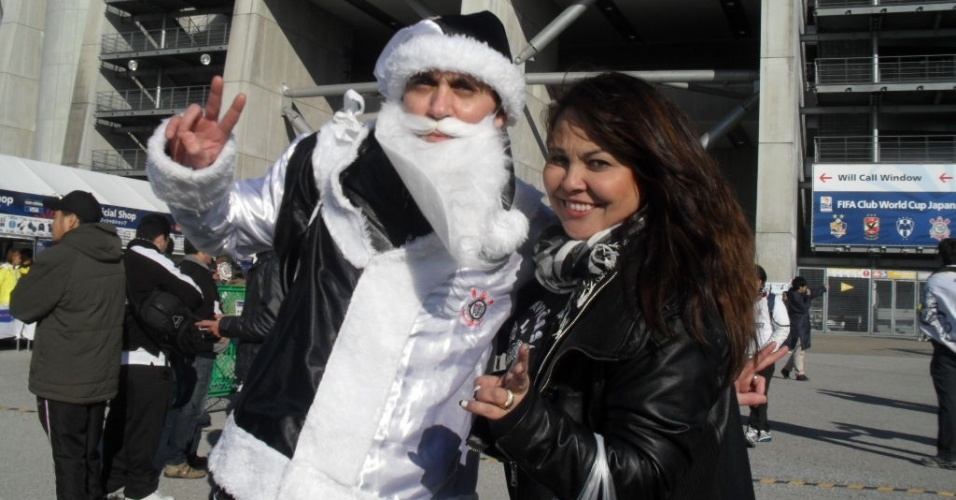 12.dez.2012- 'Papai Noel' corintiano chega ao estádio Toyota para acompanhar a estreia do time brasileiro no Mundial de clubes