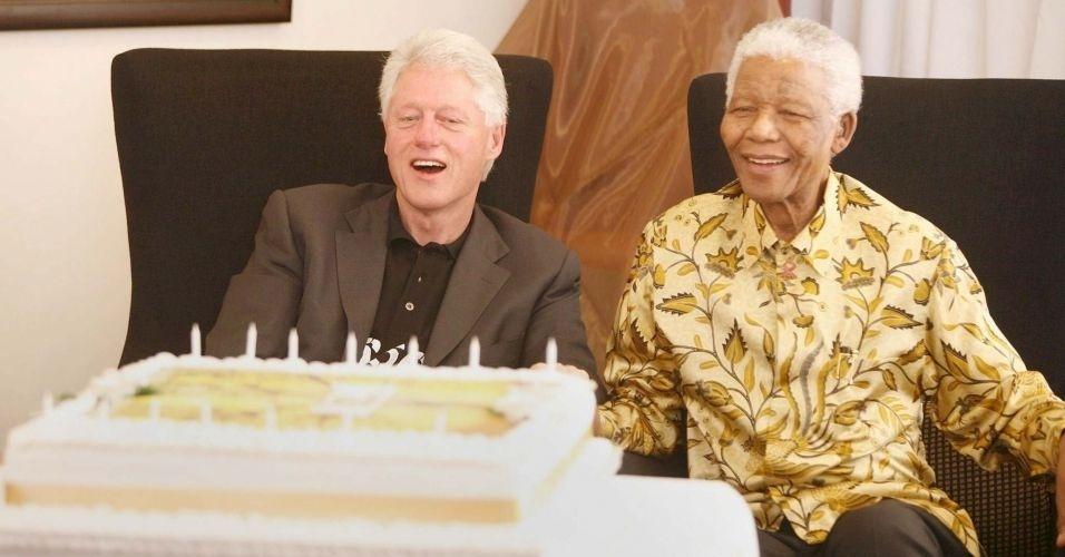 13.jul.2007 - Mandela comemora ao lado de Bill Clinton seu aniversário de 89 anos em Johannesburgo