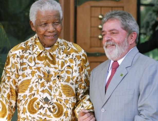 16.out.2008 - Nelson Mandela participa de encontro com o então presidente brasileiro Luiz Inácio Lula da Silva, em Moçambique