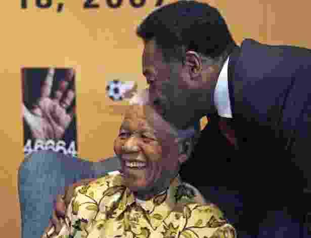 """17.jul.2007 - Pelé beija a cabeça de Nelson Mandela na véspera da partida amistosa """"90 minutos por Mandela"""" em comemoração aos 89 anos do ex-presidente da África do Sul, em Johannesburgo - Chris Ricco/AFP"""