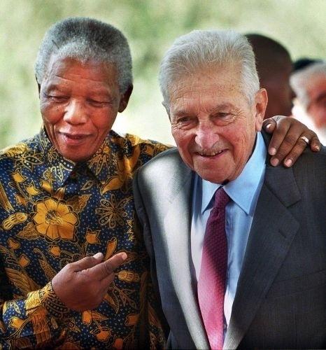 18.out.1999 - Nelson Mandela, já fora da Presidência da África do Sul, abraça o então presidente israelense Ezer Weizman, em viagem a Jerusalém