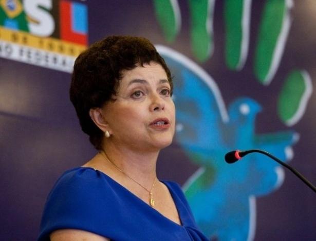 21.dez.2009 - A ministra Dilma Rousseff (Casa Civil) discursa durante apresentação de vídeo na cerimônia de lançamento do 3º Programa Nacional de Direitos Humanos e entrega do Prêmio Direitos Humanos 2009 no Palácio Itamaraty, em Brasília (DF). A ministra se emocionou na primeira aparição pública sem peruca desde que começou um tratamento contra um câncer no sistema linfático