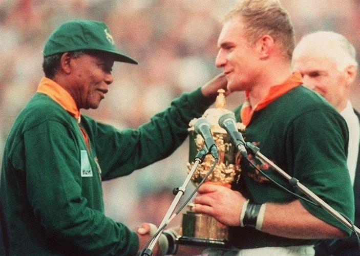 24.jun.1995 - O então presidente Nelson Mandela cumprimenta o capitão da seleção de rúgbi da África do Sul, François Pienaar, na Copa do Mundo do esporte realizada em Johannesburgo. Na época, o rúgbi era um dos símbolos do segregacionismo no país e Mandela mudou a imagem do esporte