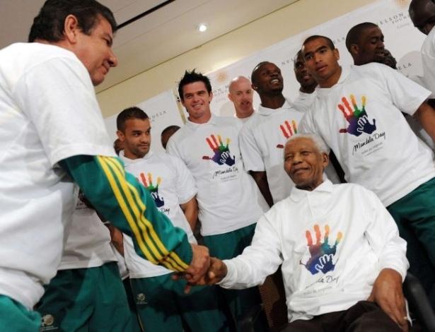 24.jun.2009 - Mandela recebe a seleção sul-africana de futebol liderada pelo técnico brasileiro Joel Santana em Johannesburgo, às vésperas do início da Copa do Mundo 2010