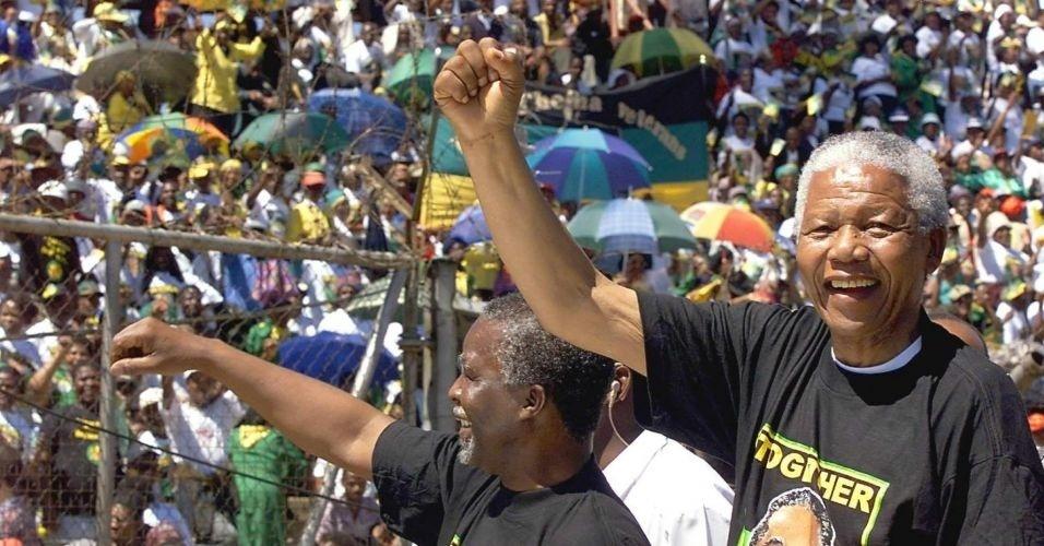 28.mar.1999 - O presidente sul-africano Nelson Mandela (dir.) e Thabo Mbeki participam de evento do Congresso Nacional Africano, em Soweto