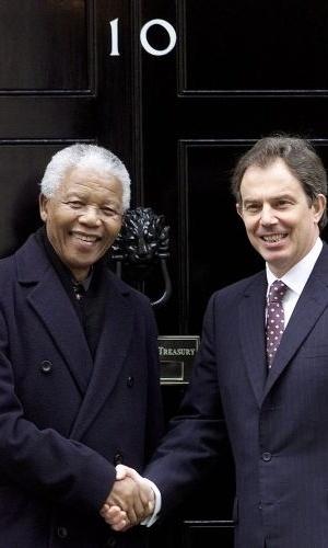 30.abr.2001- Nelson Mandela durante encontro com Tony Blair em Downing Street, a residência oficial do primeiro-ministro inglês em Londres, Inglaterra