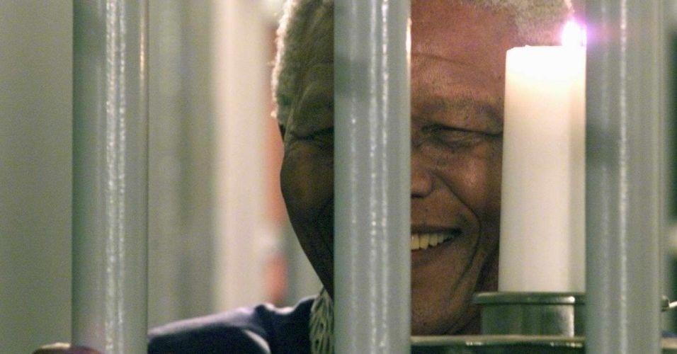 31.dez.1999 - Nelson Mandela acende vela simbólica do milênio na cela em que passou 27 anos na prisão Victor Verster
