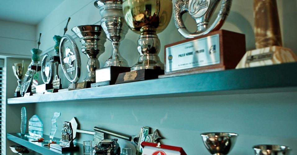 Escritório também ostenta uma grande estante de troféus de competições de velocidade