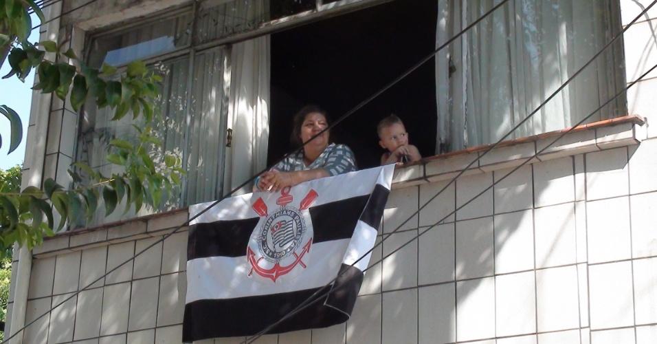 Família corintiana próxima à quadra da Gaviões preferiu assistir ao jogo pela TV