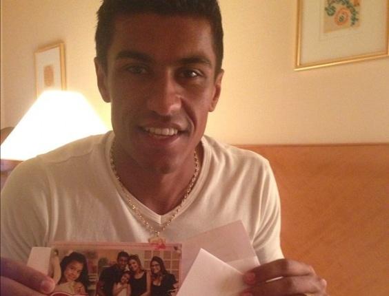 Paulinho, volante do Corinthians, exibe mensagem que recebeu da família horas antes da estreia do time no Mundial de Clubes, no Japão