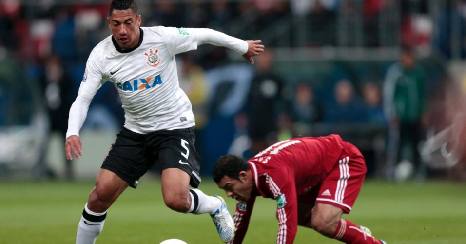 Ralf faz o desarme e deixa jogador do Al Ahly no chão em lance da vitória do Corinthians na semifinal do Mundial de Clubes