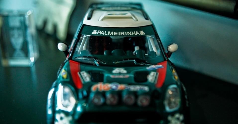 Uma réplica do carro em que ele esteve em algumas competições de rali também está no seu escritório