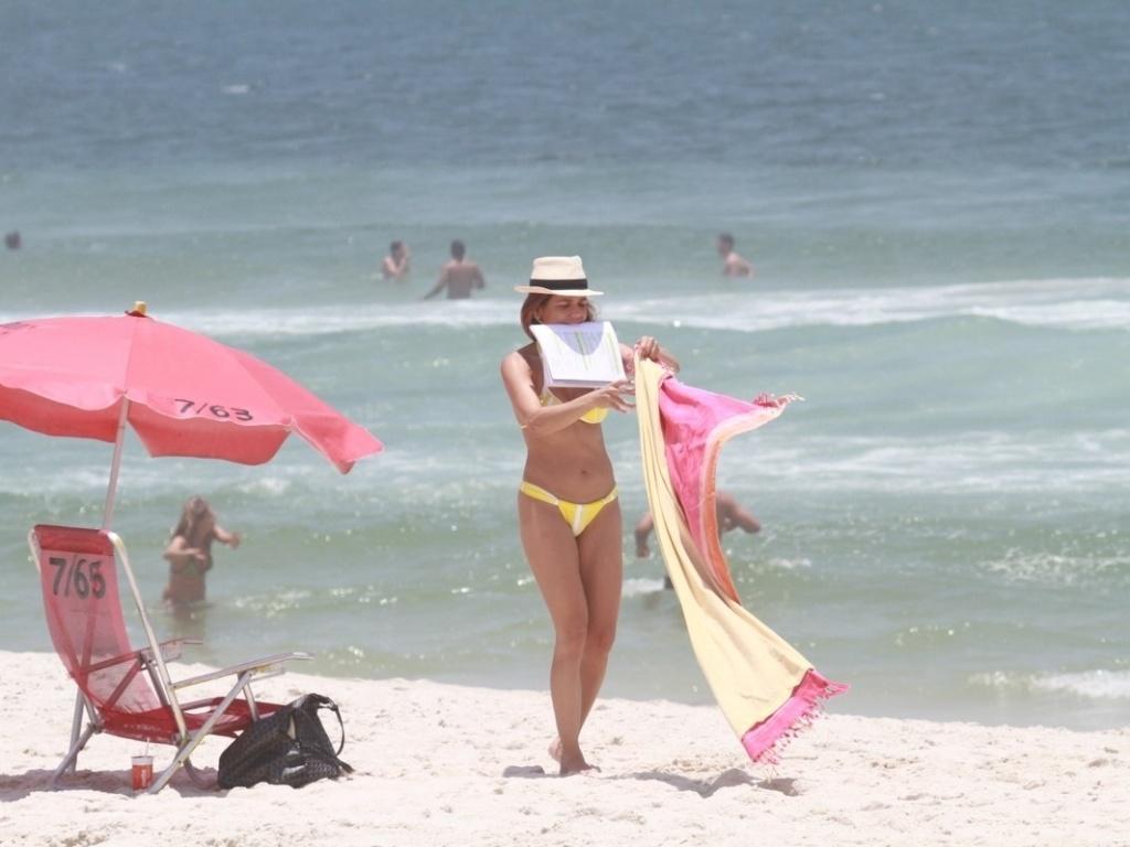 12.dez.2012 - A atriz Nívea Stelmann mergulha no mar e aproveita a praia do Pepe, na Barra da Tijuca, no Rio de Janeiro