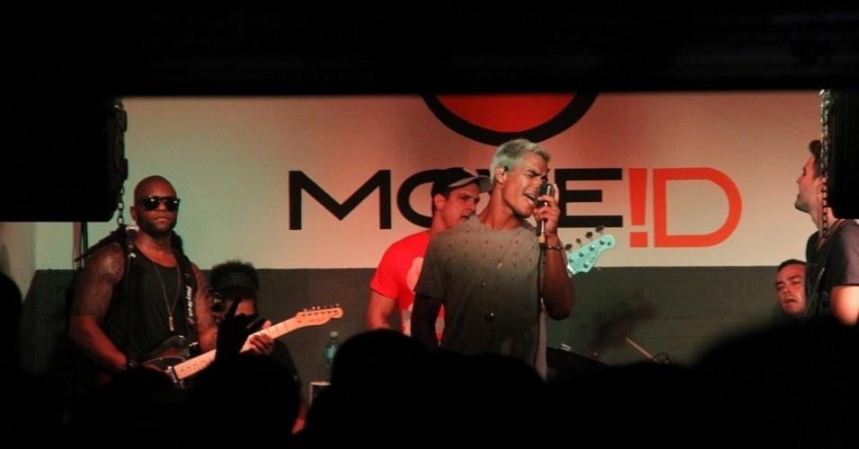 12.dez.2012 - Micael Borges comemorou seu aniversário de 24 anos ao lado da namorada Sophia Abrahão e de amigos em uma casa de shows no Morro do Vidigal, no Rio de Janeiro