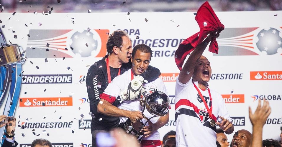 12.dez.2012 - Rogério Ceni e Lucas se abraçam para comemorar a conquista da Copa Sul-Americana; Luis Fabiano festeja