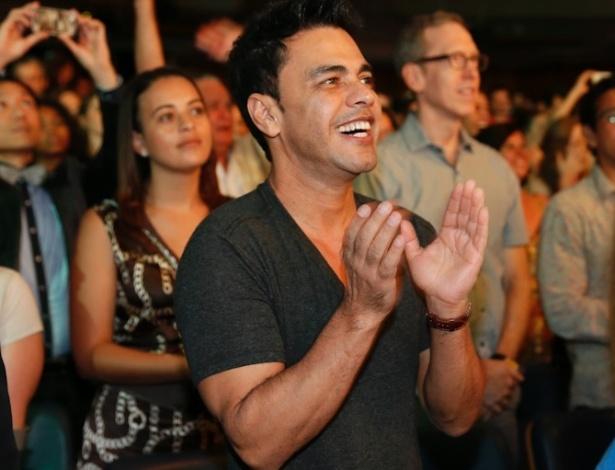 """12.dez.2012: Zezé di Camargo aplaude o musical """"Shrek"""", que tem sua filha Camila no elenco, na pré-estreia do Rio de Janeiro"""