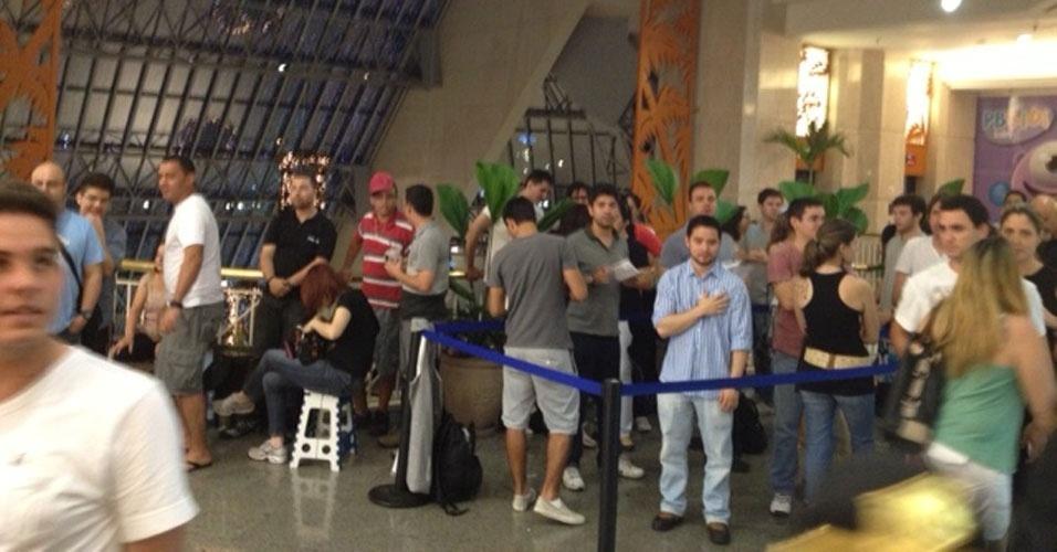 13.12.12 - A pelo menos três horas do lançamento do iPhone 5 no Brasil, consumidores fazem fila na loja da TIM do shopping Eldorado, em São Paulo. O aparelho desbloqueado custará de R$ 2.400 a R$ 3.000 no país