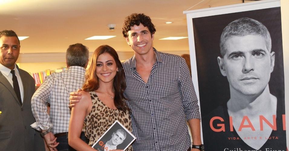 13.dez.2012 - A atriz Carol Castro prestigiou o lançamento da biografia